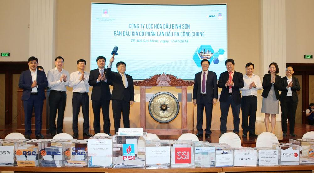 Ông Phan Ngọc Trung, Thành viên HĐTV PVN, Trưởng ban Chỉ đạo cổ phần hóa BSR đánh cồng cho nghi thức bắt đầu phiên đấu giá cổ phần ra công chúng