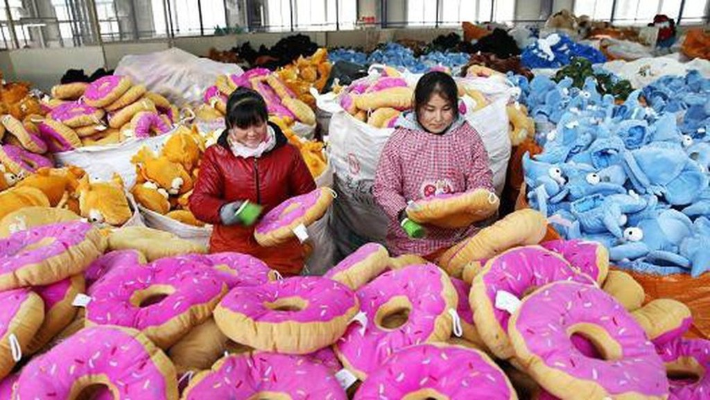 Hai nữ công nhân làm việc trong một nhà máy sản xuất đồ chơi ở Trung Quốc - Ảnh: Getty/CNBC.