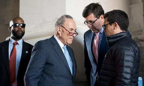 Ông Schumer, lãnh đạo phe Dân chủ ở Thượng viện, đến Quốc hội sau cuộc gặp với Tổng thống Trump ngày 19/1. Ảnh:NYT