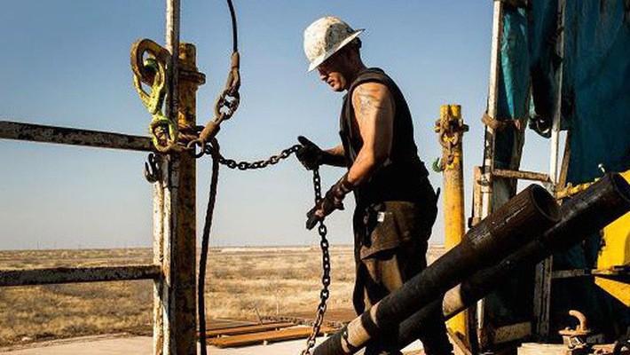 Theo số liệu của IEA, sản lượng dầu của Mỹ hiện ở mức 9,9 triệu thùng/ngày, cao nhất trong khoảng 50 năm trở lại đây - Ảnh: Bloomberg/CNBC.
