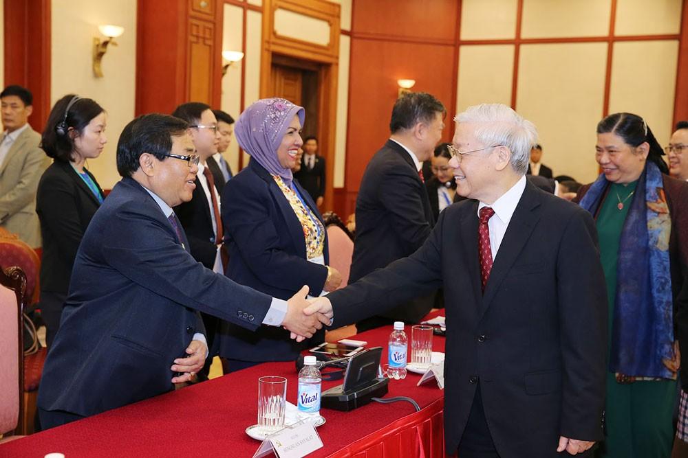 Tổng Bí thư Nguyễn Phú Trọng hoan nghênh các vị lãnh đạo nghị viện các nước đến Việt Nam. Ảnh: Trí Dũng