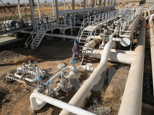 Nhân viên Iraq kiểm tra đường ống dẫn dầu ở giếng dầu Bai Hassan, phía tây thành phố Kirkuk. (Nguồn: AFP/TTXVN)