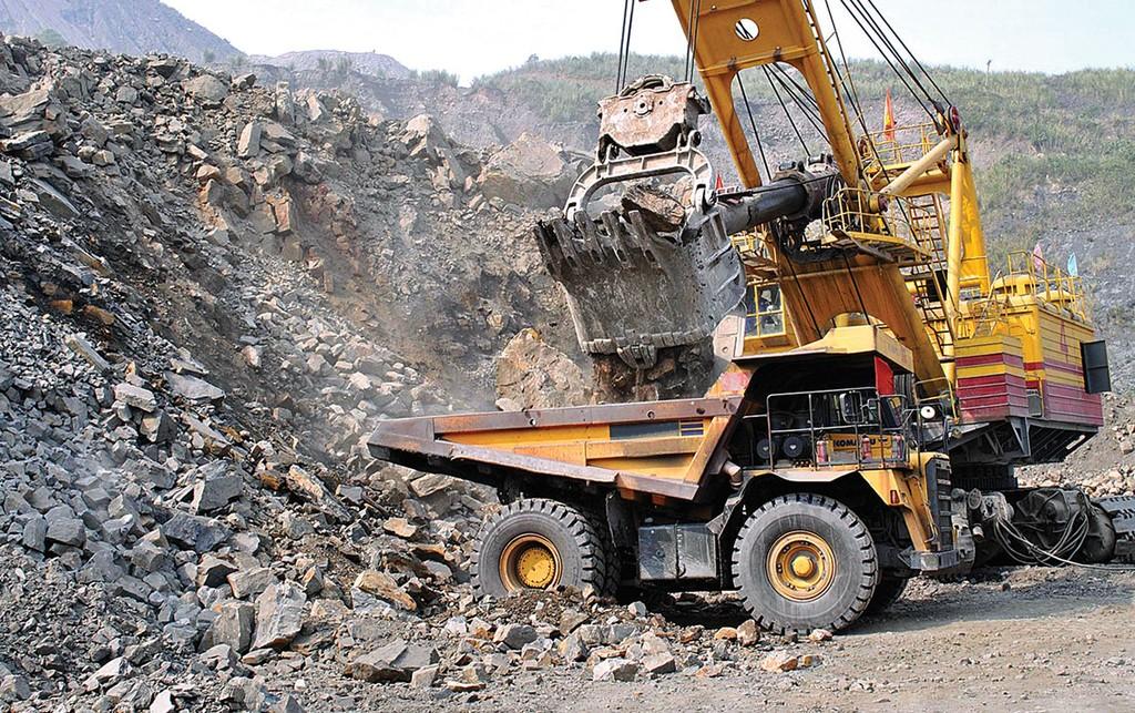 Gói thầu số 1 Vận chuyển đất đá trong khai trường mỏ thuộc Dự án Thuê ngoài vận chuyển đất, đá năm 2018, với giá gói thầu là gần 348 tỷ đồng. Ảnh: Quang Mạnh