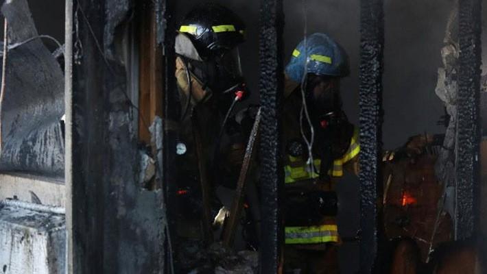 Lính cứu hỏa bên trong một căn phòng bị lửa thiêu rụi của bệnh viện Miryang sau khi đám cháy đã bị dập tắt - Ảnh: Reuters.