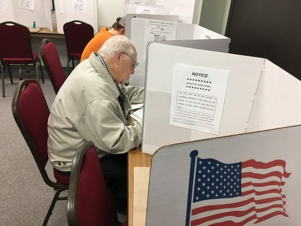 Cử tri Mỹ bỏ phiếu bầu Tổng thống Mỹ 2016 tại điểm bầu cử sớm ở Eau Claire, Wisconsin ngày 1/11/2016. (Nguồn: AFP/ TTXVN)
