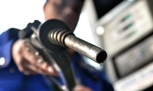 Bộ Tài chính đề xuất tăng thuế môi trường với xăng, dầu để bù đắp ngân sách hụt thu khi thuế nhập khẩu giảm. Ảnh:Q.Đ.