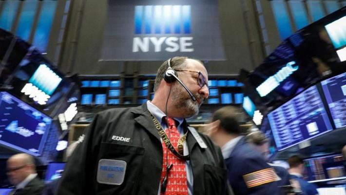 Một nhà giao dịch cổ phiếu trên sàn NYSE ở New York ngày 26/2 - Ảnh: Reuters.
