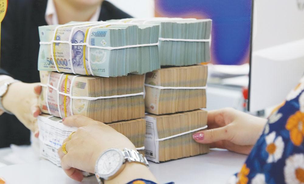 Khách hàng nên thực hiện giao dịch gửi tiền đúng quy trình tại trụ sở của ngân hàng. Ảnh: Hoài Tâm