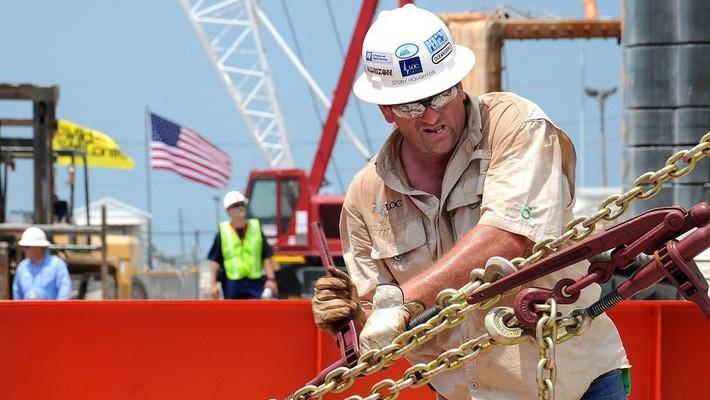 Công nhân làm việc tại một mỏ dầu của Mỹ.