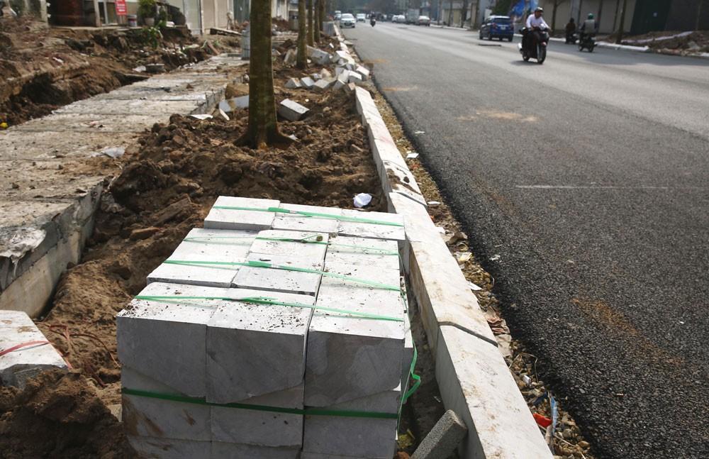 Năm 2017, nhiều quận nội thành Hà Nội đã ồ ạt triển khai các dự án lát đá vỉa hè. Ảnh: Lê Tiên