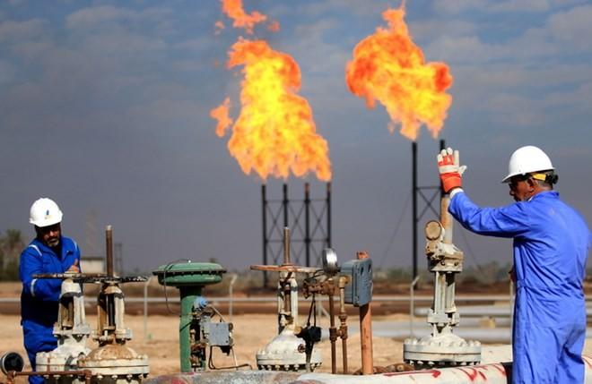 Công nhân làm việc tại cơ sở lọc dầu ở Basra, Iraq ngày 14/12/2017. (Ảnh: AFP/TTXVN)