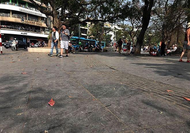 Lớp đá lát vỉa hè phía đường Định Tiên Hoàng dự kiến được thay thế bằng đá granite dầy 10 cm