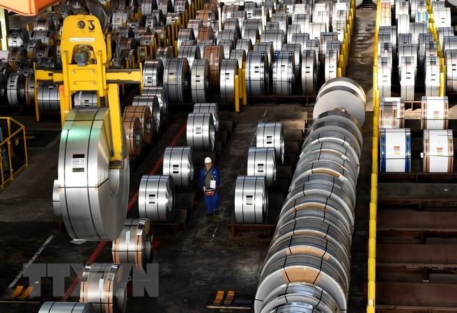 Công nhân làm việc tại một nhà máy sản xuất thép. (Nguồn: AFP/TTXVN)