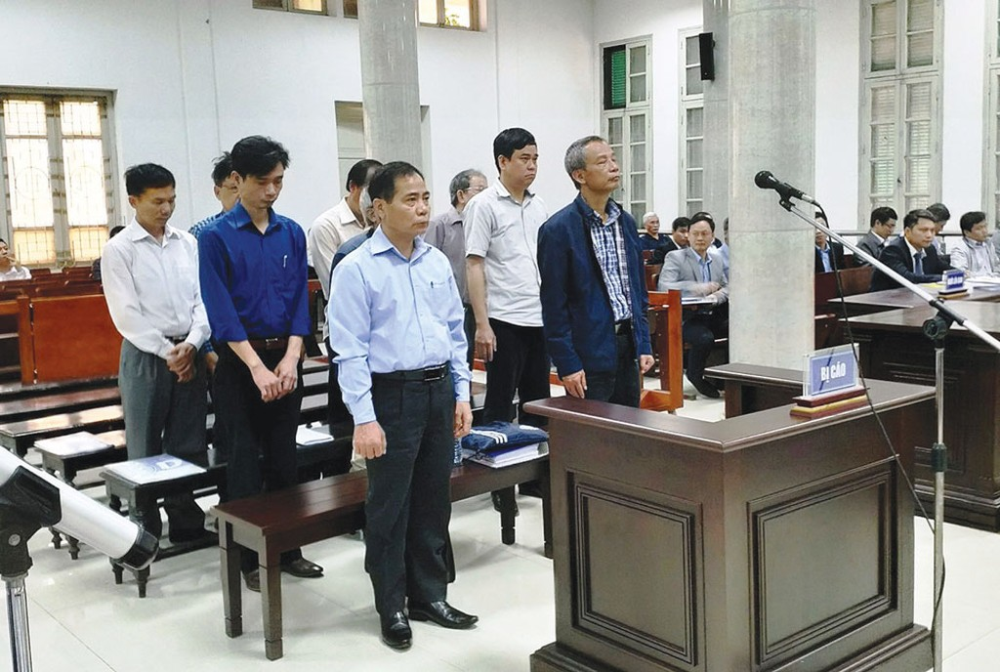 Các bị cáo trong phiên tòa xét xử vụ án vỡ đường ống nước sông Đà. Ảnh: Minh Khang