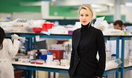 Elizabeth Holmes tại phòng thí nghiệm của công ty. Ảnh:Wakelet