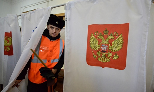 Người Nga ở thành phố Vladivostok, vùng viễn đông Nga đi bầu tổng thống. Ảnh: Reuters.