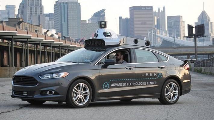 Một chiếc xe công nghệ tự hành chạy thử của Uber.