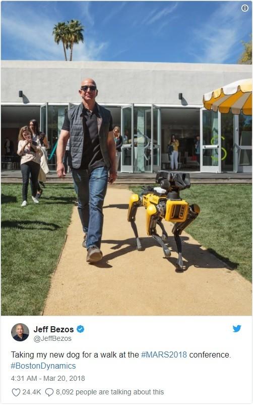 Jeff Bezos dắt chó robot đi dạo - ảnh 1