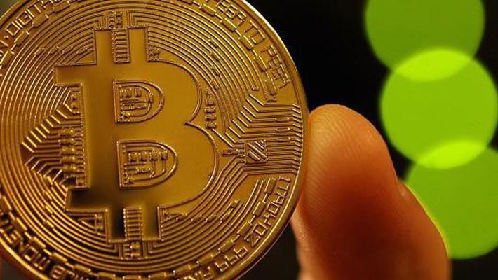 Tuy nhiên, so với đỉnh giá gần 20.000 USD thiết lập vào tháng 12 năm ngoái, giá Bitcoin hiện vẫn giảm hơn 50% - Ảnh: Getty/CNBC.