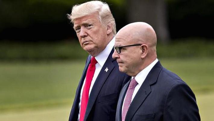 Tổng thống Mỹ Donald Trump và cố vấn an ninh quốc gia Mỹ HR McMaster - Ảnh: Bloomberg/Getty/CNBC.