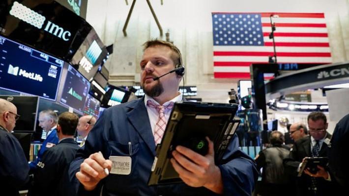 Các nhà giao dịch cổ phiếu trên sàn NYSE ở New York, phiên giao dịch ngày 26/3 - Ảnh: Reuters.