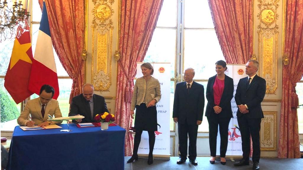 Chủ tịch Tập đoàn FLC Trịnh Văn Quyết (trái) và Phó Chủ tịch Airbus phụ trách thương mại Eric Schulz (phải) ký kết hợp đồng thoả thuận mua 24 máy bay A321NEO cho Bamboo Airways