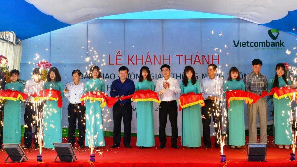 Các đại biểu cắt băng khánh thành đường nông thôn mới trị giá 3 tỷ đồng do Vietcombank tài trợ