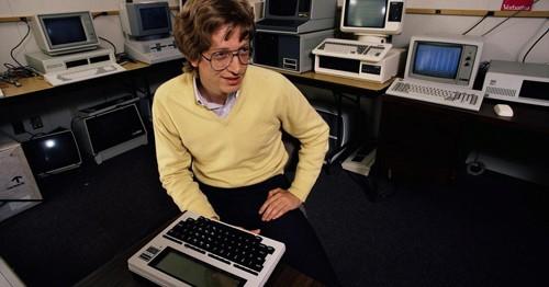Sau hai năm làm sinh viên, Gates lập một công ty máy tính.
