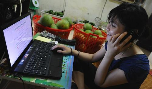 Tiếp cận thương mại điện tử ở Việt Nam đang rất thuận lợi.Ảnh: AFP