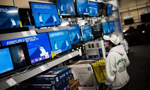 Khách hàng chọn TV trong một cửa hàng tại Mỹ. Ảnh:Bloomberg