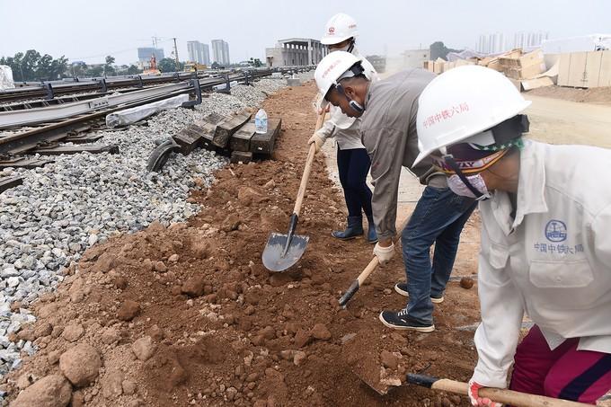 Nhà thầu tăng thêm công nhân cho dự án đường sắt Cát Linh - Hà Đông - ảnh 2