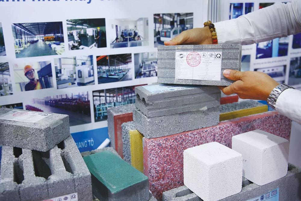 Vật liệu xây không nung là sản phẩm xanh cần được đưa vào các công trình sử dụng vốn nhà nước nhiều hơn nữa. Ảnh: Lê Tiên