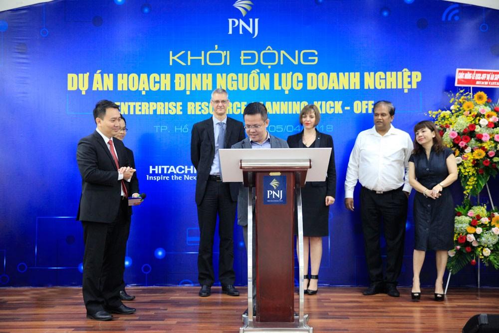 Ông Phạm Nguyễn Cao Đằng - Giám đốc Khối Kinh doanh, CMC ký cam kết triển khai dự án.