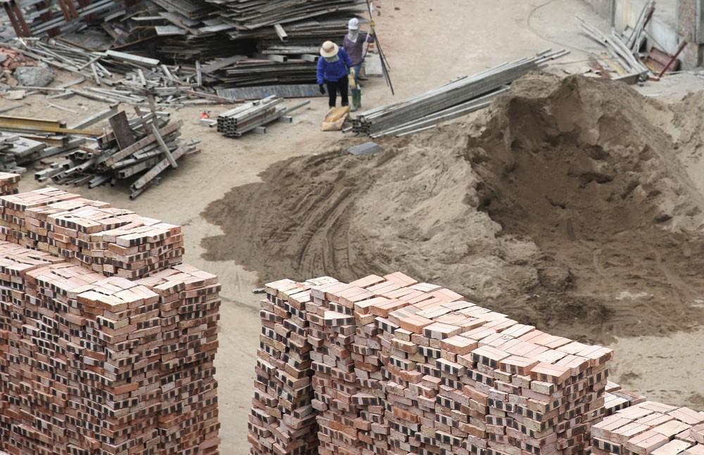 Việc bố trí bãi tập kết vật liệu xây dựng để thực hiện thi công công trình là trách nhiệm của chủ đầu tư/bên mời thầu. Ảnh: Nhã Chi