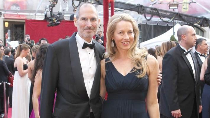 Nhà sáng lập Steve Jobs của Apple khi còn sống và vợ Laurence Powell Jobs - Ảnh: Getty/CNN.