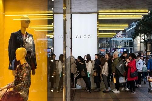 Khách mua xếp hàng trước một cửa hàng của Gucci (thuộc Kering). Ảnh:Bloomberg