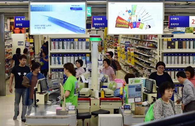 Người dân mua sắm tại một siêu thị ở Seoul của Hàn Quốc. (Ảnh: AFP/TTXVN)