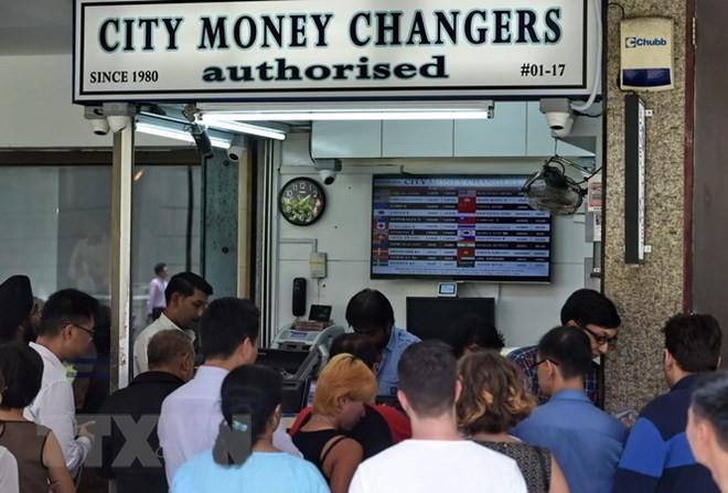 Một quầy đổi tiền ở Singapore. (Nguồn: AFP/TTXVN)