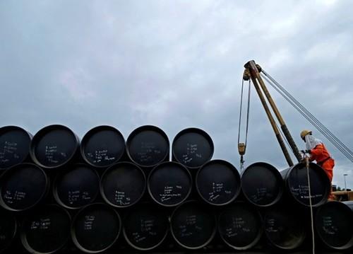 Giá dầu thế giới đang trên đà tăng mạnh. Ảnh: Reuters