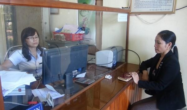 Người dân giao dịch tại một điểm Quỹ tín dụng nhân dân trên địa bàn tỉnh Quảng Bình. (Ảnh: Đức Thọ/TTXVN)