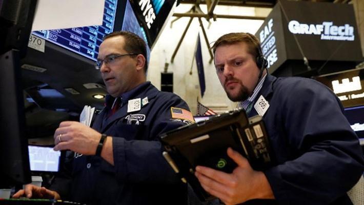 Hai nhà giao dịch cổ phiếu trên sàn NYSE ở New York, ngày 19/4 - Ảnh: Reuters.