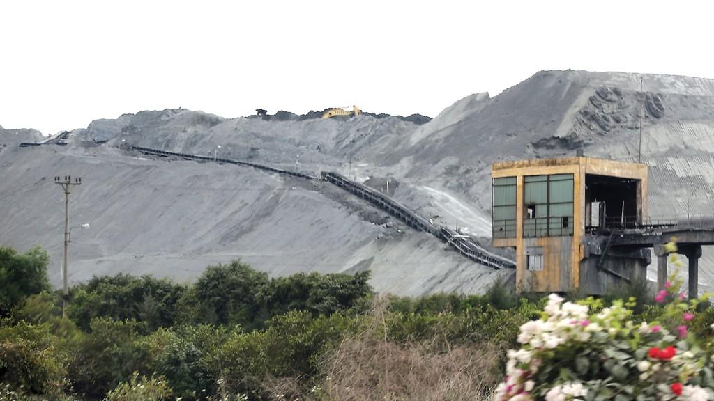Lượng tiêu thụ chỉ đạt khoảng 30% tổng lượng tro, xỉ phát sinh của các nhà máy nhiệt điện than. Ảnh: Trần Sơn