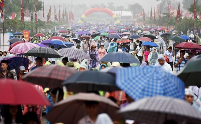 Dòng người đội mưa ba tiếng để lên dâng hương vua Hùng - ảnh 1