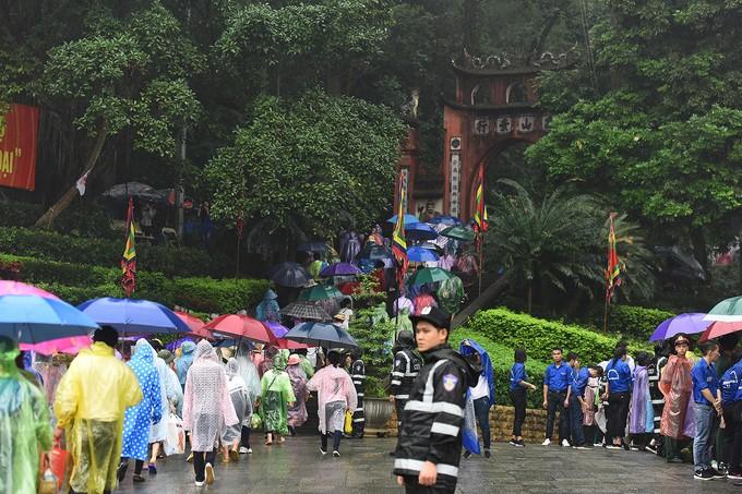Dòng người đội mưa ba tiếng để lên dâng hương vua Hùng - ảnh 2