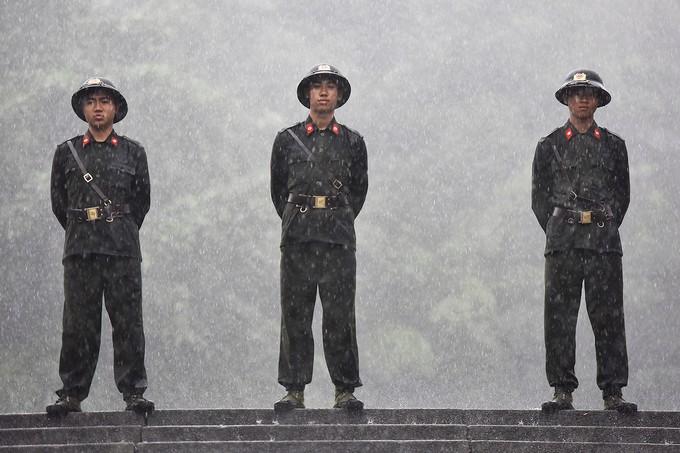 Dòng người đội mưa ba tiếng để lên dâng hương vua Hùng - ảnh 3