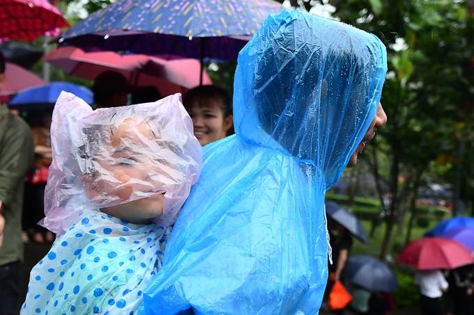 Dòng người đội mưa ba tiếng để lên dâng hương vua Hùng - ảnh 8