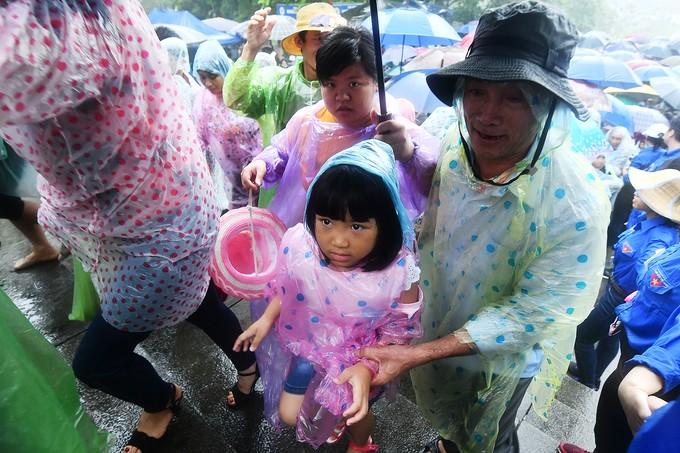 Dòng người đội mưa ba tiếng để lên dâng hương vua Hùng - ảnh 9