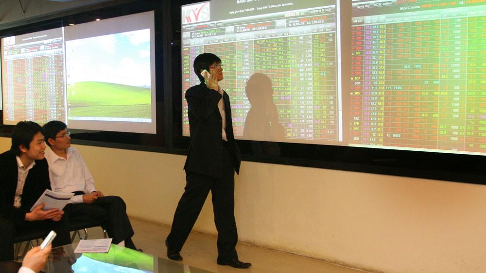 Có nhiều dấu hiệu tích cực hỗ trợ cho thị trường chứng khoán Việt Nam sắp tới, trong đó có việc thị trường được bổ sung nhiều hàng hóa có trọng lượng từ việc thoái vốn, cổ phần hóa doanh nghiệp nhà nước. Ảnh: Đức Cường