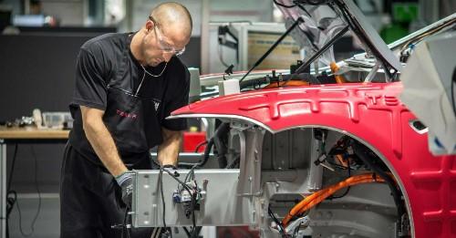 Công nhân làm việc tại nhà máy Tesla ởFremont, California.Ảnh: Getty