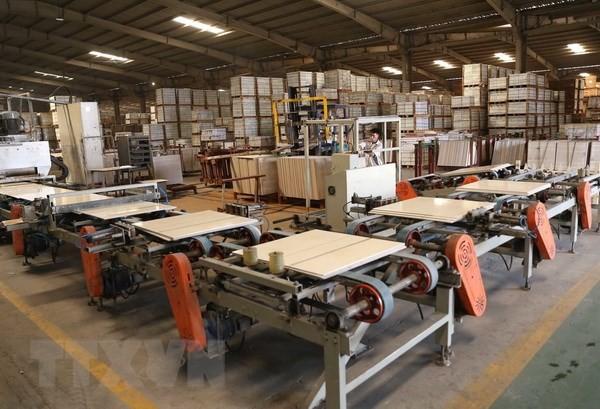 Dây chuyền sản xuất gạch men của Công ty Cổ phần gạch men TASA Phú Thọ. (Ảnh: Vũ Sinh/TTXVN)